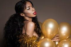 Kvinna med guld- ballonger Fotografering för Bildbyråer