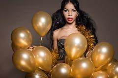 Kvinna med guld- ballonger Royaltyfri Bild