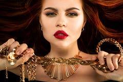 kvinna med guld- smycken Lyxig richmodell med halsband, ri arkivfoto