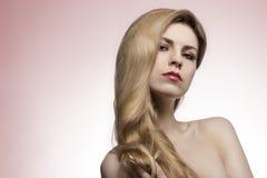 Kvinna med gullig lång hår-stil arkivfoton
