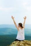 Kvinna med händer som lyfts upp Arkivbild