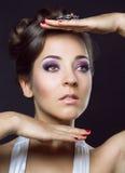 Kvinna med härlig makeup och hår Royaltyfri Foto