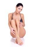 Kvinna med härliga ben i bikini Arkivfoto