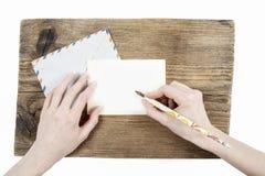 Kvinna med härliga händer som skrivar ett brev royaltyfri fotografi