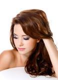 Kvinna med härliga hår och modemakeup Fotografering för Bildbyråer