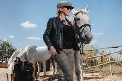 Kvinna med hästen Fotografering för Bildbyråer