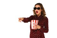 Kvinna med hållande ögonen på handlingfilm för popcorn i exponeringsglas 3d Arkivbilder