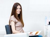 Kvinna med hårfärgprövkopian i hairdresssalongen arkivbild