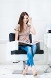 Kvinna med hårfärgprövkopior i frisören arkivfoto
