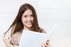 Kvinna med hårfärgprovkarta i frisören arkivfoton