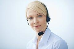Kvinna med hörlurar. Royaltyfria Bilder