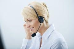 Kvinna med hörlurar. Fotografering för Bildbyråer
