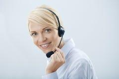Kvinna med hörlurar. Arkivbild