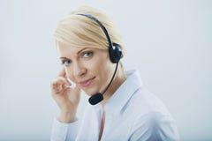Kvinna med hörlurar. Royaltyfria Foton