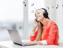 Kvinna med hörlurar Arkivfoton