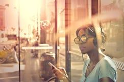 Kvinna med hörlurar royaltyfria bilder