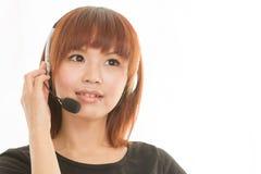 Kvinna med hörlurar med mikrofon Arkivfoton