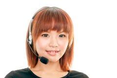 Kvinna med hörlurar med mikrofon Arkivbild