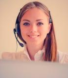 Kvinna med hörlurar med mikrofon royaltyfri bild