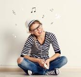 Kvinna med hörlurar med mikrofon på väggen Fotografering för Bildbyråer