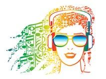 Kvinna med hörlurar med musikaliska anmärkningar för hår Arkivfoton