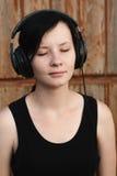 Kvinna med hörlurar som lyssnar till musik, Arkivbilder