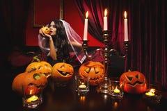 Kvinna med halloween pumpor Royaltyfri Bild
