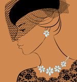 Kvinna med halsbandet och örhängen Royaltyfri Bild