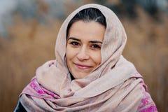 Kvinna med halsduken på huvudet fotografering för bildbyråer