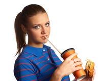 Kvinna med hamburgaren och sodavatten royaltyfri fotografi