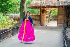 Kvinna med Hanbok, den traditionella koreanska klänningen Royaltyfri Fotografi