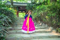 Kvinna med Hanbok, den traditionella koreanska klänningen Fotografering för Bildbyråer