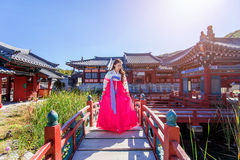Kvinna med Hanbok i Gyeongbokgung, den traditionella koreanska klänningen Fotografering för Bildbyråer