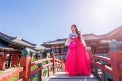 Kvinna med Hanbok i Gyeongbokgung, den traditionella koreanska klänningen Arkivfoton