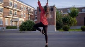 Kvinna med handen upp dans stock video