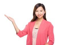Kvinna med handgåva Arkivfoto