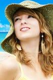 Kvinna med hatten på stranden Arkivbild