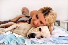 Kvinna med hemmastadd hundkapplöpning Stiligt vila för kvinna royaltyfri foto