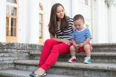 Kvinna med hennes son på spela för trappa Royaltyfria Bilder