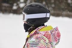 Kvinna med hjälmen på en skidalutning den kiting floden skidar snöig sportvinter Royaltyfri Bild