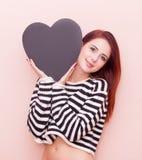 Kvinna med hjärtaformleksaken Arkivfoton