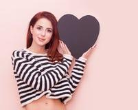 Kvinna med hjärtaformleksaken Royaltyfri Foto