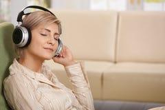Kvinna med hörlurar med mikrofon Royaltyfria Bilder