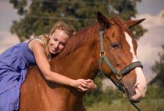 Kvinna med hästen Royaltyfri Bild