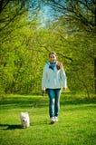 Kvinna med hunden arkivfoto