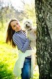 Kvinna med hunden royaltyfri foto