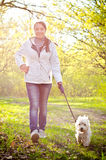 Kvinna med hunden arkivbilder
