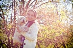 Kvinna med hunden arkivfoton
