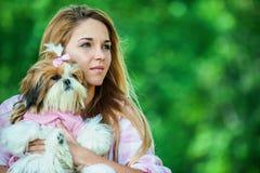 Kvinna med hunden fotografering för bildbyråer