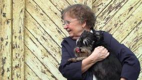 Kvinna med hunden stock video